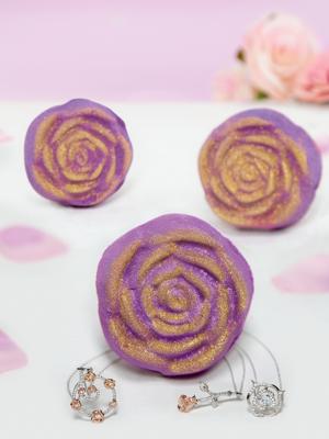 Charmed Aroma kula do kąpieli bomba z biżuterią Rose Róża - Naszyjnik Srebro 925